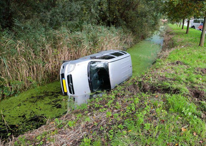 Een auto belandde in de sloot op de Krommeweg in Hendrik-Ido-Ambacht.