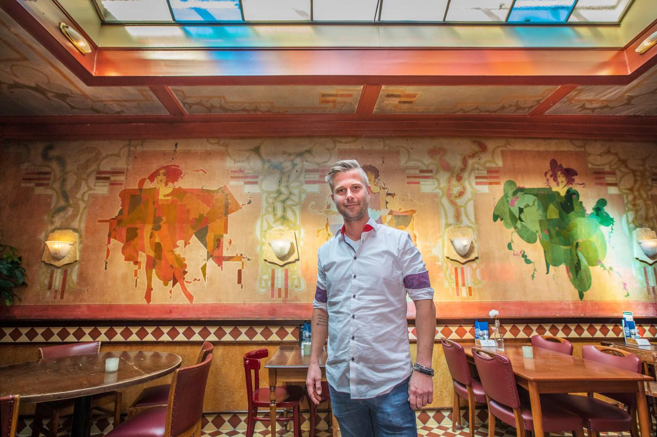 Open monumentendag in Gouda. In Grand Café Central bevindt zich een salon met Art Deco schilderingen van kunstenaar Piet den Besten. Op de foto ook eigenaar Sander Letschert.