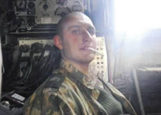 Soldaten van de 53ste brigade plaatsen veel foto's van hun militaire leven op internet. De kale man met sigaret is sergeant Ivan Kranoprosjin.