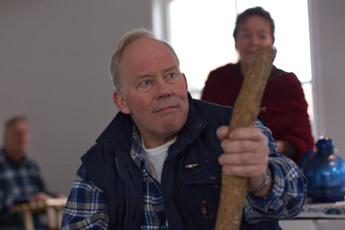 Boer Bart, gespeeld door Dick van de Put, voelt zich bedreigd in het stuk Boerderij in de Buurt.