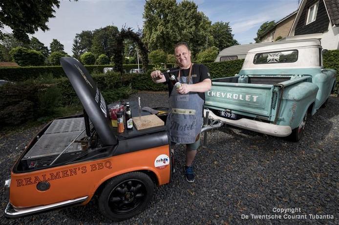 Martijn Heupink met zijn tot bbq omgebouwde BMW.