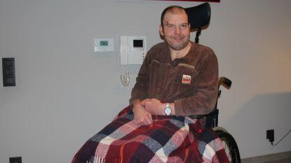 Verlamde klant bij hem thuis door prostituee met gemaskerde handlangers uit rolstoel gegooid en overvallen