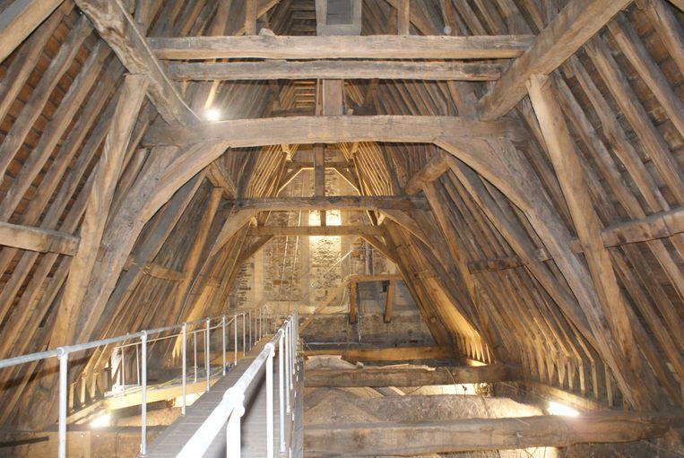 Het dakgebinte van de Sint-Martinusbasiliek in Halle  tijdens de restauratie. Ook een en al hout, zoals in de Notre Dame.