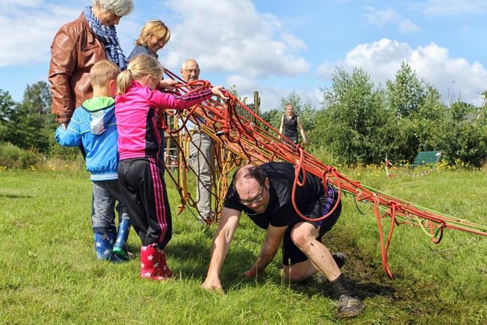 Met wat hulp tijgert een deelnemer onder het touwnet door. foto Chris van Klinken/Pix4Profs