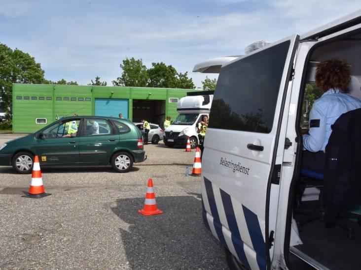 Twee aanhoudingen, 15 auto's afgevoerd en 15.000 euro geïnd bij grootschalige controle langs de A59