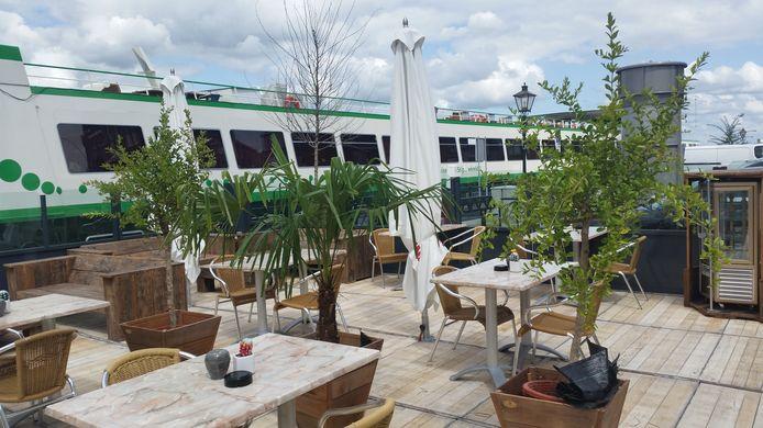 Zodra een cruiseschip afmeert aan de Merwekade, loopt het terras van Het Bolwerck leeg.