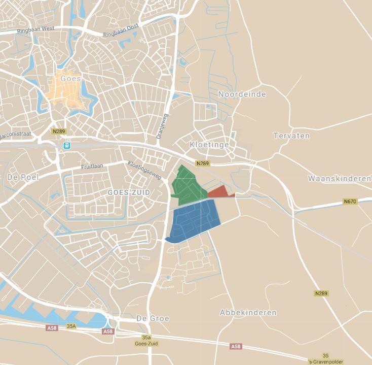 Het aangekochte perceel (rood) ligt tegen de wijken Riethoek (groen) en Oostmolenpark (blauw) aan.