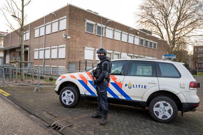 Zware beveiliging bij rechtbank De Bunker in Amsterdam-Osdorp