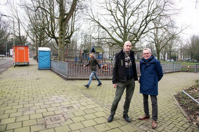 Dick Nijman (links) en Wim Weijers van Buurtplatform Wedren/Julianapark. Op de achtergrond de dixi die als afwerkplek wordt gebruikt.