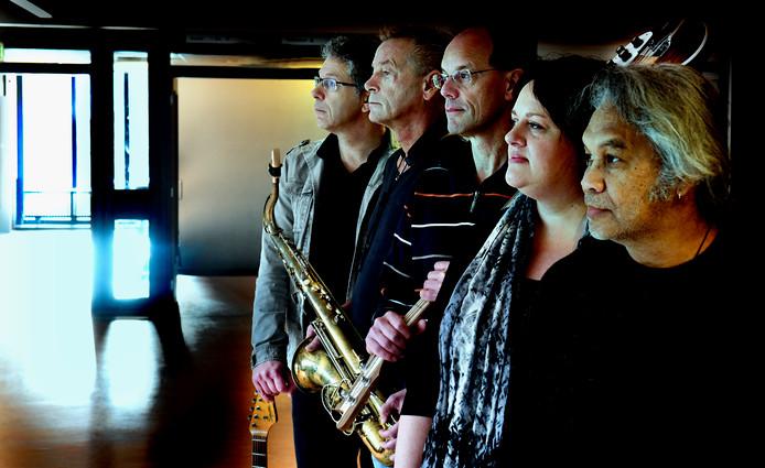 The Beeps met de Tielse muzikanten Rutger van der Zalm, Arie Bogerd, Jos van Opijnen, Marie-Louise Vernooy en Vic Latumahina.