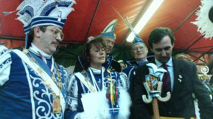 CARNAVAL HALLE: 1995 - Nieuwe burgemeester Dirk Pieters ontmoet Prins Johan en Prinses Nadine