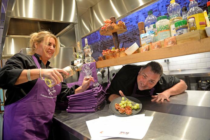 Rosita van der Kruk maakt samen met Evert Weber in Twentse Foodhal doorstart met kookstudio Kook en Co, onder naam Verrassende Tafel.
