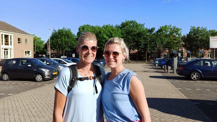 Moeder Tineke Verkleij (links) en dochter Simone Bos (rechts) uit Harderwijk zijn dinsdagochtend toch gewoon gestart vanaf de Wedren in Nijmegen. Ze lopen vier dagen 20 kilometer per dag.