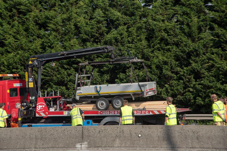 Een bestelwagen met aanhangwagen belandde tegen de vangrail op de E40 in Wetteren.