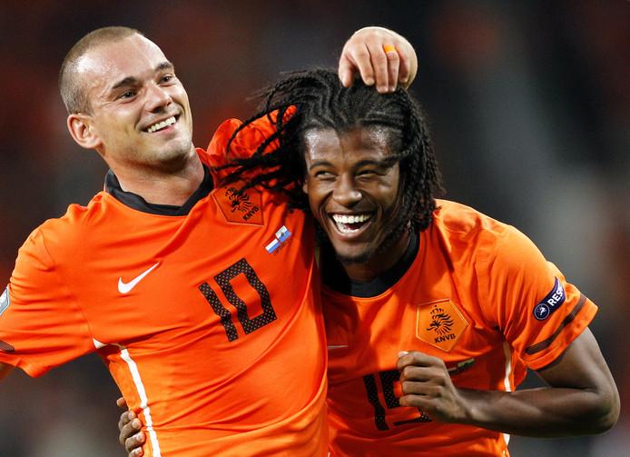Georginio Wijnalum heeft gescoord tegen San Marino en wordt gefeliciteerd door Wesley Sneijder. Het was de eerste interland van Wijnaldum (2011).