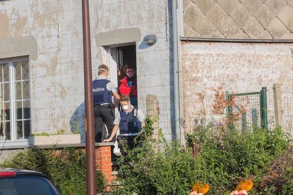 De omliggende huizen worden door de politie ontruimd.