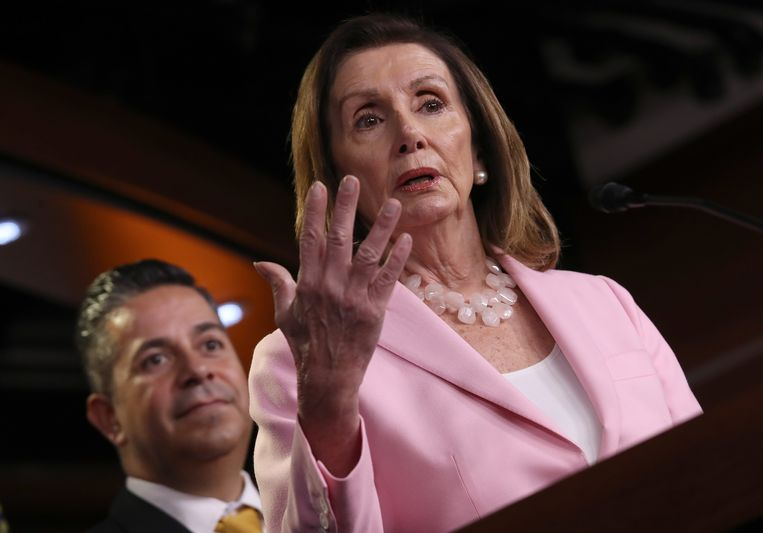 De Democratische leider Nancy Pelosi staat onder steeds grotere druk van partijgenoten om een afzettingsprocedure tegen president Trump in gang te zetten.  Beeld Getty Images
