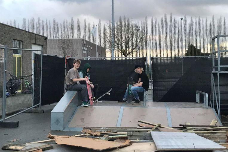 Robbe De Sloover, Yils De Coster en Quinten De Cnijf hopen dat snel werk gemaakt wordt de reeds maanden beloofde heropening van de skateramp, halfpipe en quarterpipe aan sporthal De Ommengang in Lede.