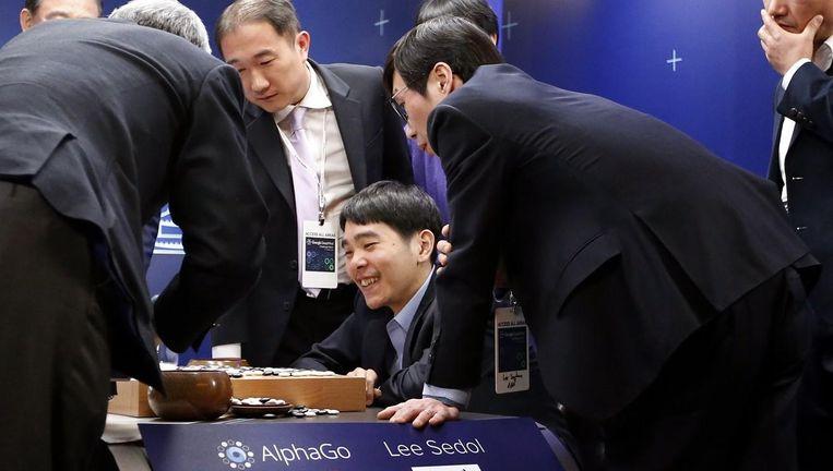 Grootmeester Lee Sedol is verheugd over een goede zet tijdens zijn go-wedstrijd tegen computer AlphaGo. Uiteindelijk won de computer Beeld null