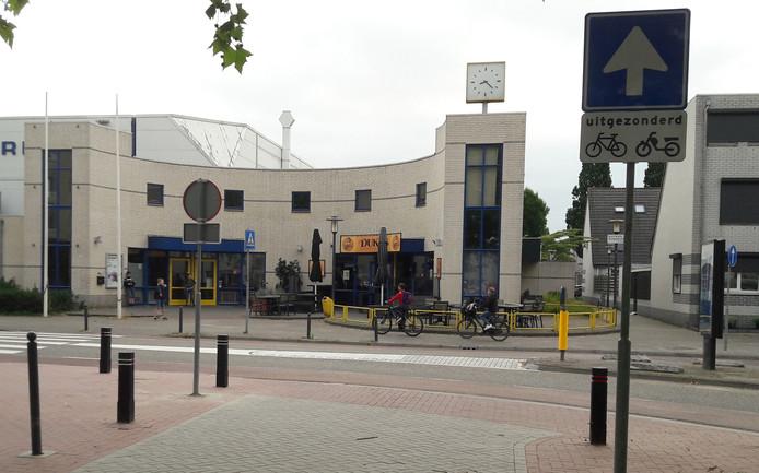 De uitrit vanaf het Het Wiardi Beckmanplein in Oost. Automobilisten vragen zich af of ze over het witte vlak mogen.