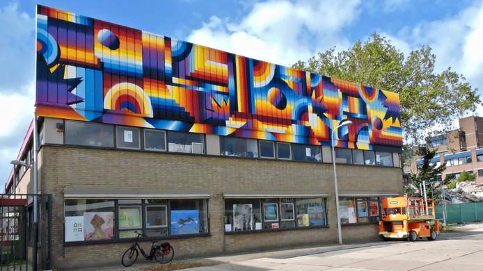Gevelschildering op een bedrijvenverzamelpand aan de Binckhorstlaan 151, gemaakt door Darry Perier.