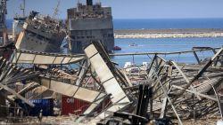 Zestien medewerkers haven Beiroet aangehouden na enorme explosie