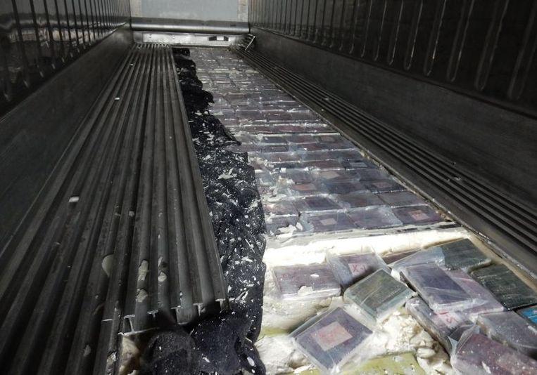 De metalen vloer waarin bijna een halve ton cocaïne werd aangetroffen.