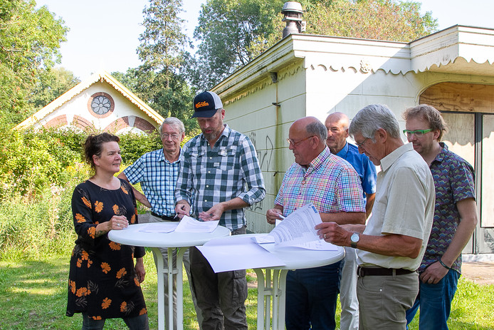 In augustus van dit jaar werd bij de deels verwoeste Brediusboerderij  het contract voor de exploitatie van de hofstede  getekend.