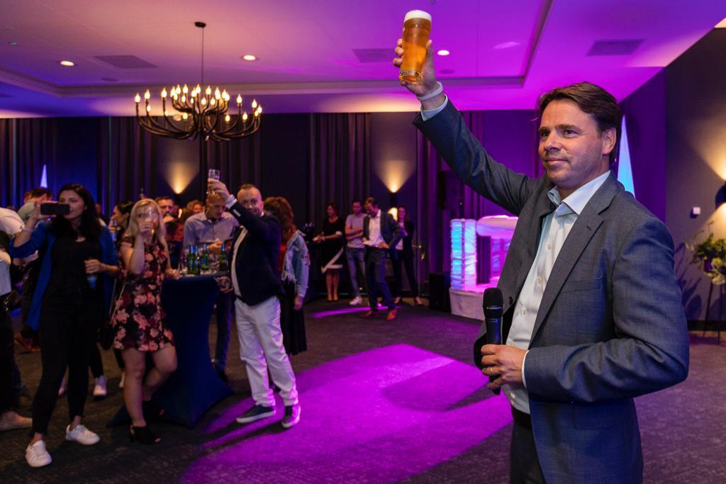 Peer Swinkels, CEO van Royal Swinkels Family Brewers, proost met de internationale gasten op het 300-jarig bestaan van de Bavaria-brouwerij.