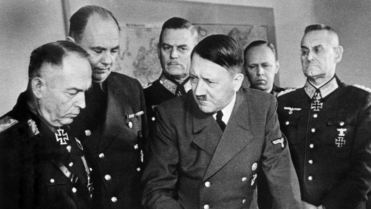 Adolf Hitler tijdens een planningsvergadering met Duitse officieren. Beeld anp