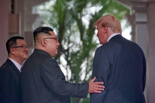 Trump praat, Kim luistert. Wel raakt ook de Noord-Koreaan Trump even aan.