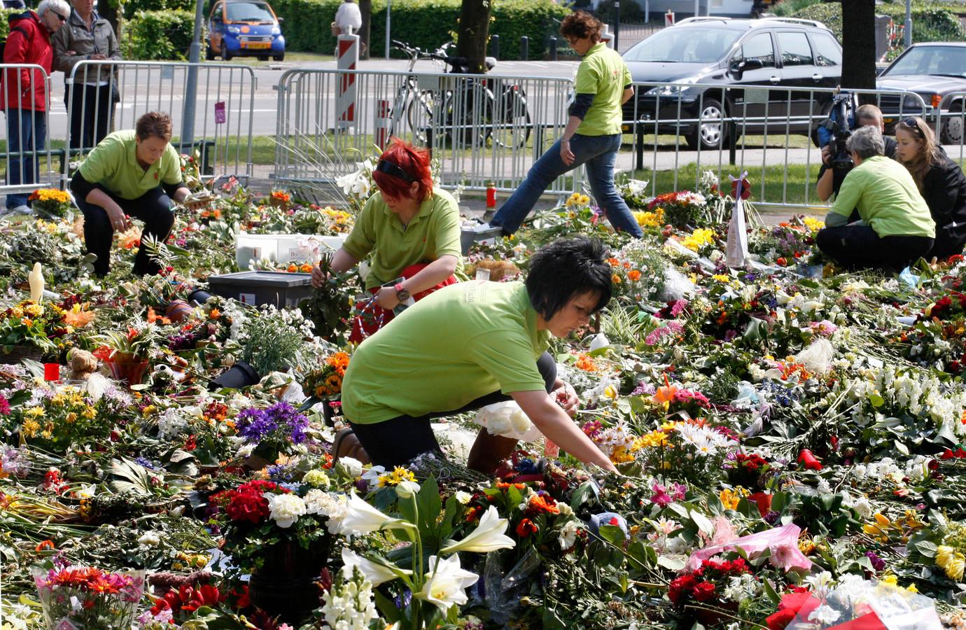 Medewerkers van documentenwacht ruimden in opdracht van de gemeente de bloemenzee bij de Naald op. De brieven en knuffels zijn bewaard en een deel ervan wordt tijdens de herdenking tentoongesteld door CODA.