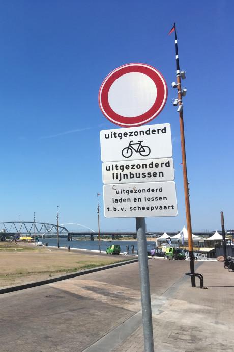 Camera's moeten illegale automobilisten op Waalkade betrappen
