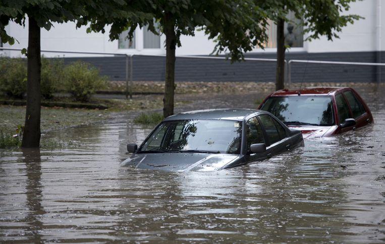 Auto's staan onder water in Zuid-Limburg. Beeld anp
