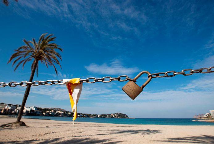 Een leeg strand in Calvia, op Majorca.