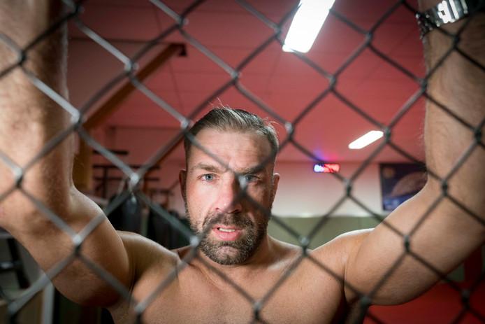 MMA-vechter Dion 'The Soldier' Staring verliest op het vechtsportgala in Almere de hoofdpartij van Nills 'Caveman' de Noord