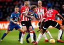 Pereiro en Hendrix in actie tijdens het duel met Feyenoord.