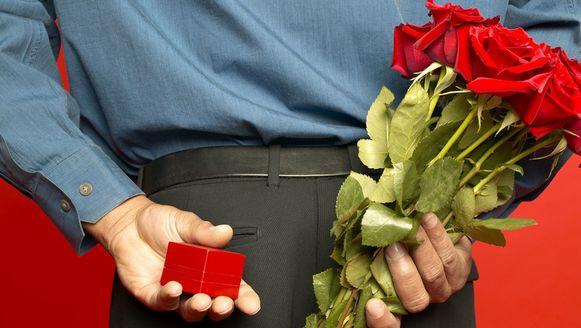 Terwijl de minnares overstelpt wordt met dure juwelen, moet de echtgenote het vaak stellen met een boeket bloemen.
