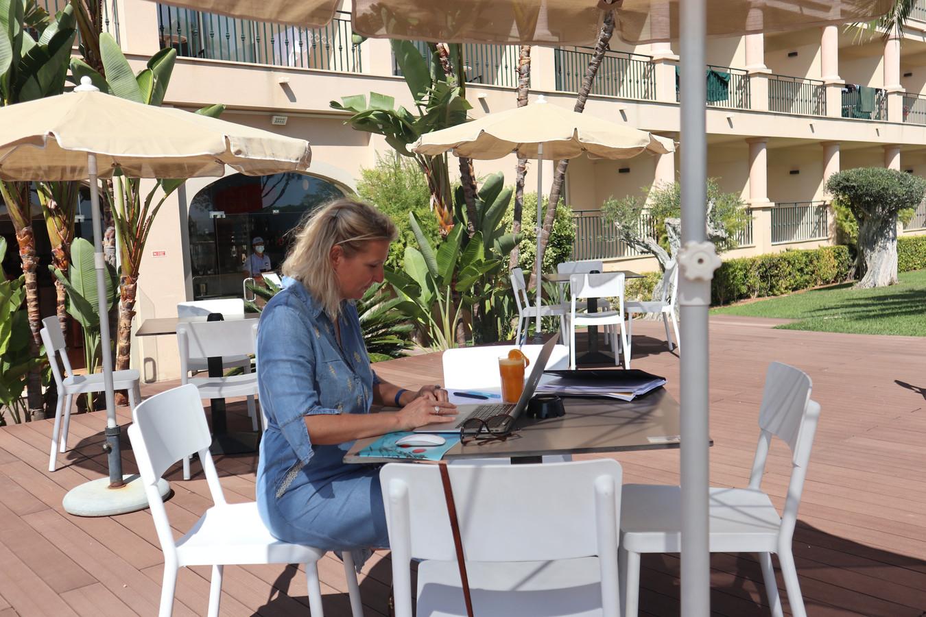 Els Lagrou is één van de zeven werknemers die het concept gratis mogen uittesten in de Portugese Algarve.