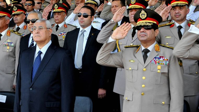 Interimpresident Adly Mansour (links) naast de minister van Defensie, generaal Abdel-Fattah al-Sisi. Beeld ap
