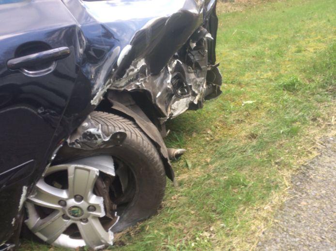 Een van de betrokken auto's liep flinke schade op