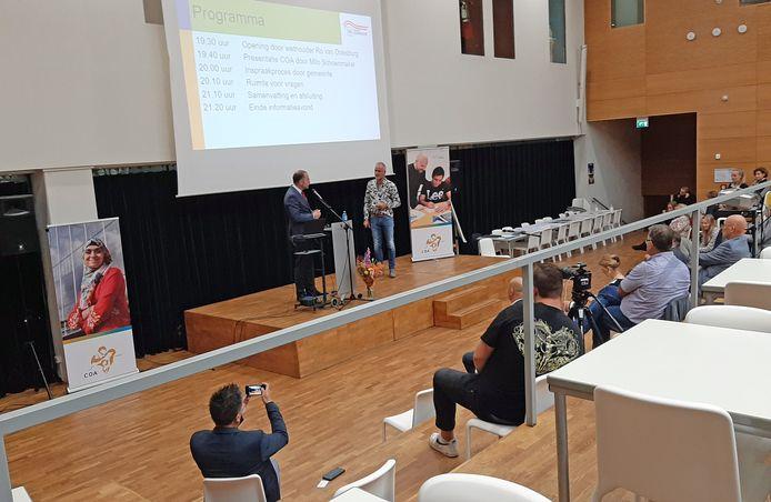 Begin september: Bestuursvoorzitter Milo Schoenmaker (links) geeft tijdens de bewonersavond in het gymnasium uitleg over de plannen van het COA.