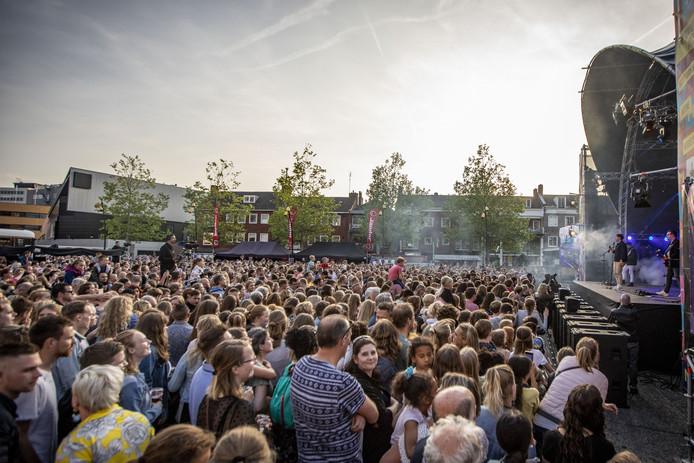 Nacht van Hengelo 2019. Bomvol marktplein tijdens het optreden van zanger Nielson.