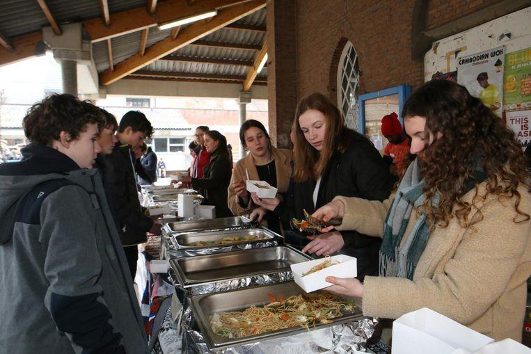 Leerlingen proeven gerechten uit andere culturen.