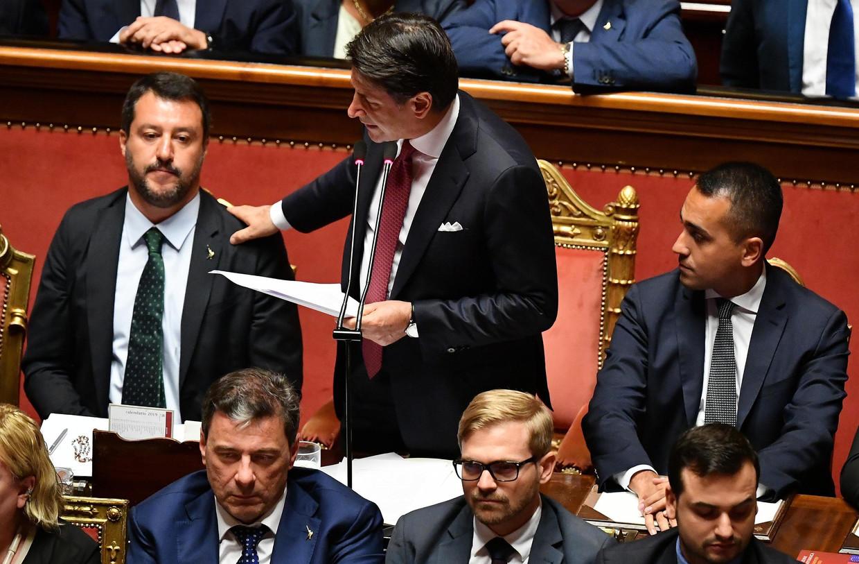 De Italiaans premier Giuseppe met naast hem zijn vicepremiers Matteo Salvini (links) en Luigi Di Maio (rechts) bij zijn toespraak in de senaat van Rome.