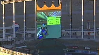VIDEO. 'Mario Kart' spelen op gigantisch scherm van stadion: het is eens wat anders
