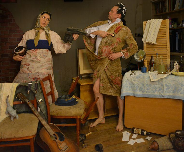 Dmitri Baklasjov (55) en Svetlana Romanova (54) imiteren een schilderij van Pavel Fedotov uit 1846. Beeld