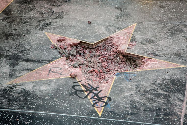 De vernielde ster van Donald Trump op  de Hollywood Walk of Fame. Beeld Getty Images