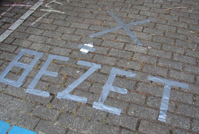 Duct tape laat moeilijk te verwijderen lijmresten na waardoor afgeplakte stukken stoep het straatbeeld maandenlang ontsieren.