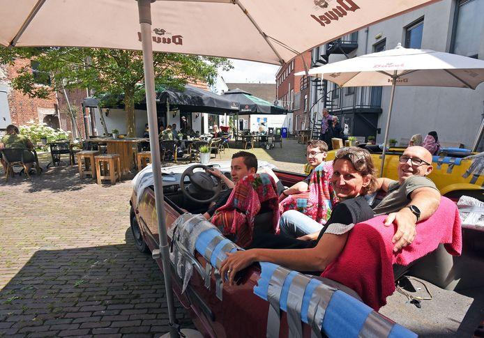 In de auto op het terras van café De Vliegende Hollander.